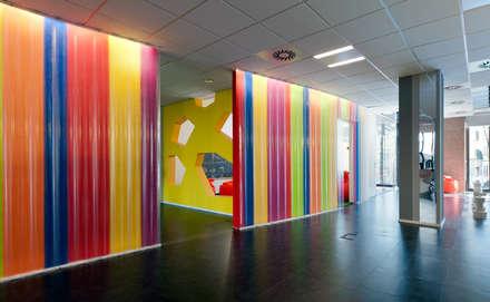 OPEN KNOWLEDGE OFFICE: Stanza dei bambini in stile in stile Moderno di Tommaso Giunchi Architect