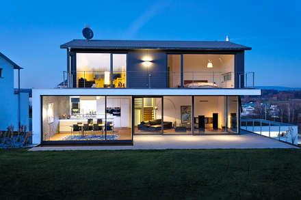 Wohnhaus O32: moderne Häuser von m67 architekten