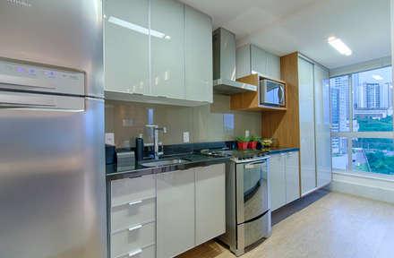 Apartamento Vila da Serra: Cozinhas minimalistas por Carmen Calixto Arquitetura