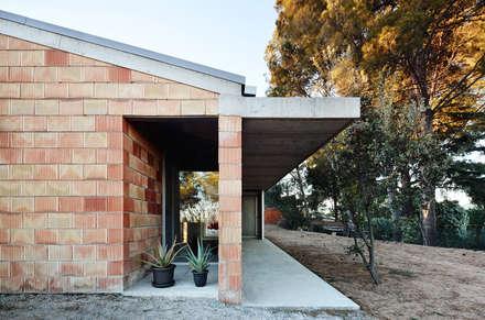 Barbacoa house: Casas de estilo industrial de Pepe Gascón arquitectura