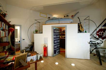 Vecchio casolare: Camera da letto in stile in stile Moderno di Simone Grazzini