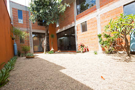 CASA XOCHIMILCO _ II: Casas de estilo moderno por rOOtstudio