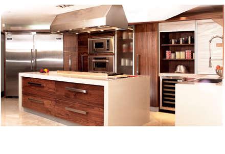 COCINAS EN NOGAL: Cocinas de estilo moderno por Kuche Haus