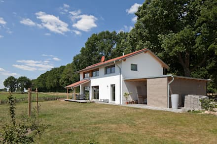 Gartenansicht: skandinavische Garage & Schuppen von gondesen architekt