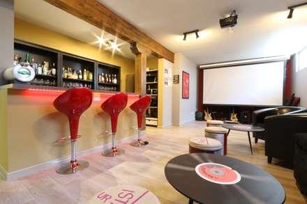 Bar en sótano: Salas multimedia de estilo clásico de Canexel