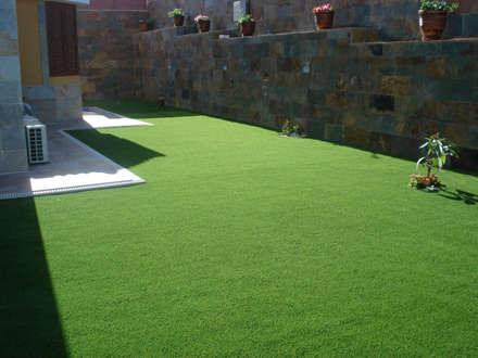 Instalación Césped Artificial Fuerteventura: Jardines de estilo escandinavo de Ceramistas s.a.u.