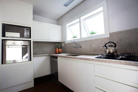 CASA PRAIA: Cozinhas minimalistas por Tweedie+Pasquali