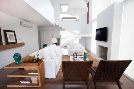 CASA PRAIA: Salas de estar tropicais por Tweedie+Pasquali