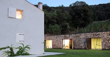 vista casa-cantina: Cantina in stile In stile Country di GRISDAINESE