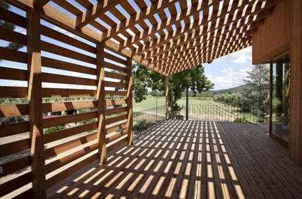 Ristrutturazione ed ampliamento di un fabbricato rurale a Suvereto (LI): Terrazza in stile  di mc2 architettura