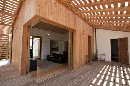 Ristrutturazione ed ampliamento di un fabbricato rurale a Suvereto (LI): Finestre in stile  di mc2 architettura