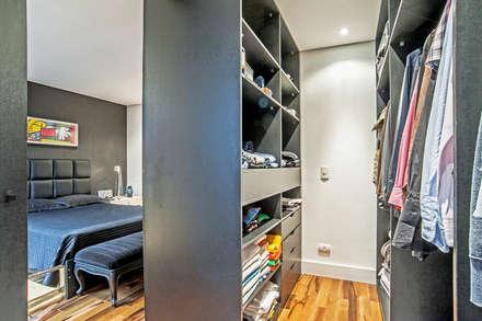 Apartamento masculino em Curitiba: Closets modernos por Evviva Bertolini