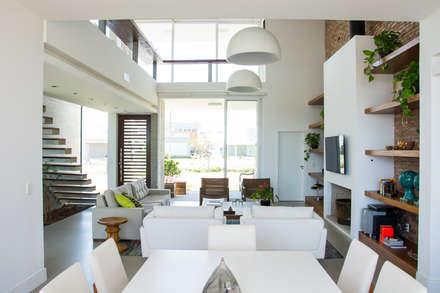 CASA VENTURA M22: Salas de estar modernas por SBARDELOTTO ARQUITETURA