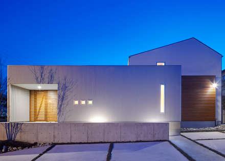 東側外観:夕景: 有島忠男設計工房が手掛けた家です。