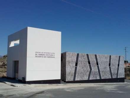 CENTRO DE INTERPRETACIÓN DE TERRERA VENTURA Y EL DESIERTO DE TABERNAS: Museos de estilo  de ROOM arquitectos e interioristas