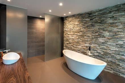 Villa H: moderne Badezimmer von Coenen Sättele Architecten