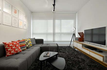 Apartamento Publicitária: Salas de estar modernas por Johnny Thomsen Design de Interiores