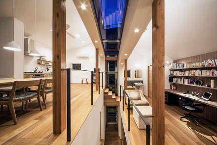 クレバスハウス クレバスの夕景: 株式会社seki.designが手掛けたリビングです。