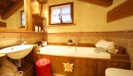 Baños de estilo rústico por Au Coeur de Neiges