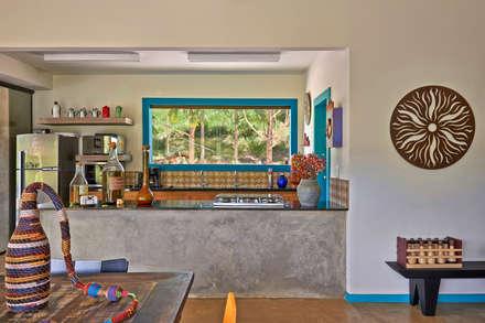 SÍTIO OURO PRETO: Cozinhas rústicas por Beth Marquez Interiores