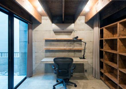 中浦和の住宅: 井上洋介建築研究所が手掛けた書斎です。