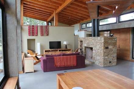 رہنے کا کمرہ  by Aguirre Arquitectura Patagonica