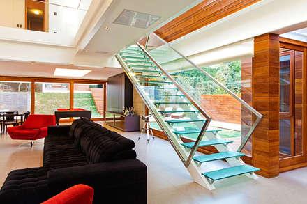 CASA HAACK: Corredores, halls e escadas modernos por 4D Arquitetura