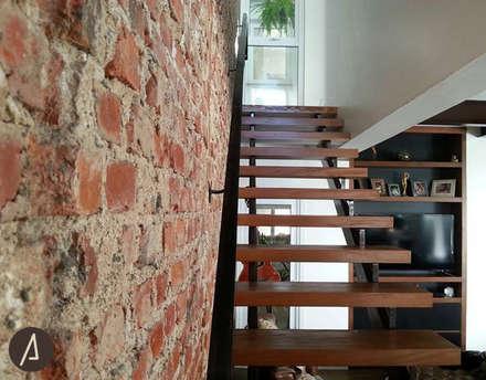 Casa América: Corredores, halls e escadas  por América Arquitetura