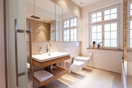 Sanierung Wohngebäude: Klassische Badezimmer Von Xs Architekten