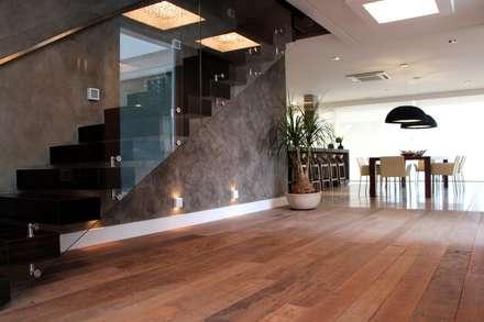 Casa Ilha das Flores: Corredores, halls e escadas modernos por Arq. Leonardo Silva