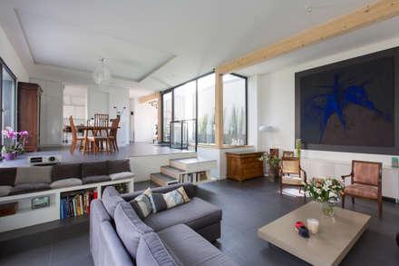 en coeur d'ilôt: Salon de style de style Moderne par agence MGA architecte DPLG
