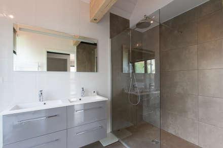en coeur d'ilôt: Salle de bains de style  par agence MGA architecte DPLG