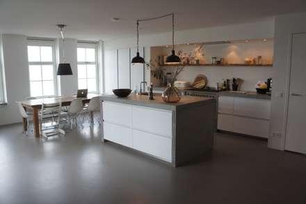 Leefkeuken met een gietvloer: moderne Keuken door Design Gietvloer