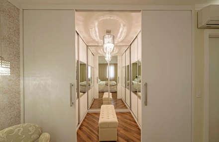 Apartamento Indaiatuba: Closets modernos por Designer de Interiores e Paisagista Iara Kílaris
