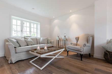 Home Staging Reetdachhaus auf Sylt: landhausstil Wohnzimmer von Immofoto-Sylt