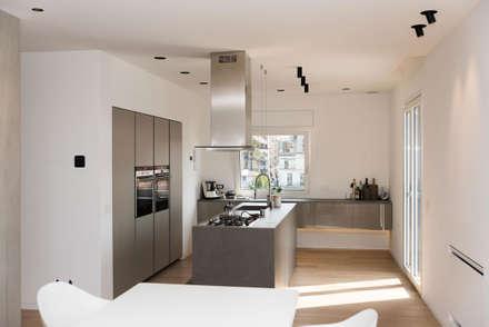 Attico R: Cucina in stile in stile Minimalista di Studio  Vesce Architettura