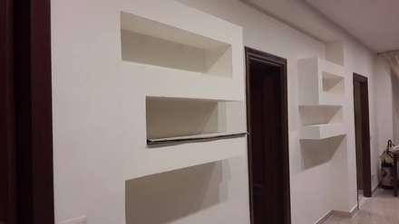 librerie in cartongesso: Ingresso & Corridoio in stile  di piano a