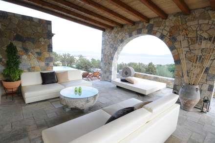 Gli arredi della veranda: Terrazza in stile  di CARLO CHIAPPANI  interior designer