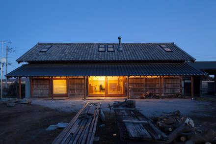 築100年を超える雨屋の改修: STUDIO POHが手掛けた家です。