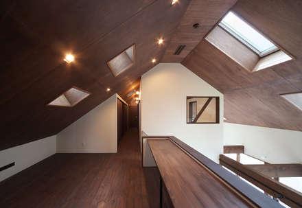 高気密高断熱の大屋根の家: STUDIO POHが手掛けた書斎です。