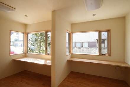 2階に緑のある都市型住居: STUDIO POHが手掛けた書斎です。