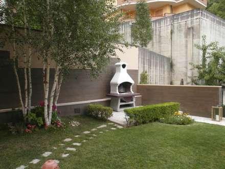 OUTDOOR ABITAZIONE N.G.: Giardino in stile in stile Moderno di Luigi Nevola Architetto