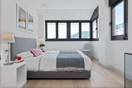 ÁTICO CON VISTAS: Dormitorios de estilo minimalista de SILVIA REGUERA INTERIORISMO