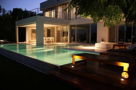 Piscina nocturnas: Piletas de estilo minimalista por PARQUEARTE  Piscinas como iconos de diseño.