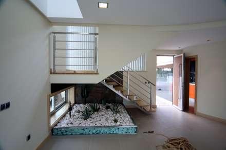 P309_2007 Quinta da Luz, Quintas,  Ílhavo, Aveiro, Portugal: Salas de estar ecléticas por José Vitória Arquitectura