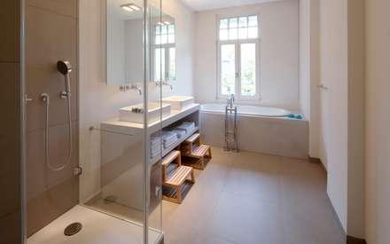 Badezimmer: Moderne Badezimmer Von Schmidt Holzinger Innenarchitekten