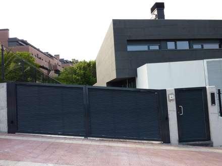 Puerta tipo abatible de 2 hojas automática de aluminio soldado : Ventanas de estilo  de Puertas Lorenzo, s.a