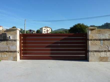 Puerta corredera base de una hoja automática de aluminio soldado : Ventanas de estilo  de Puertas Lorenzo, s.a