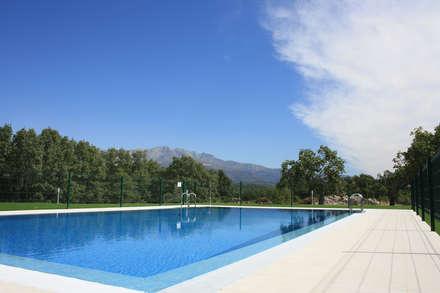 13 apartamentos de Diseño en Villanueva de la Vera (Cáceres): Veragua : Piscinas de estilo mediterráneo de MODULAR HOME