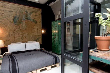 Garage Loft: industriële Slaapkamer door BRICKS Studio